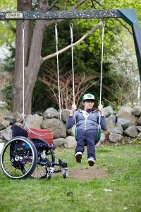 Während ich das Bike testete, testete Lisa die Schaukel - Foto: Anna Spindelndreier