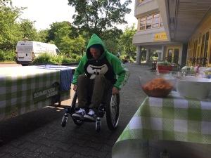 Oberaffe und Profi Skateboarder Tobi Albertross schafft den Wheelie auf Anhieb