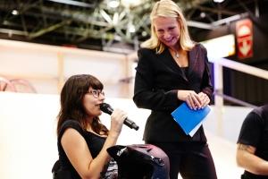 Lisa mit Moderatorin Katrin Degenhardt - Foto: Anna Spindelndreier