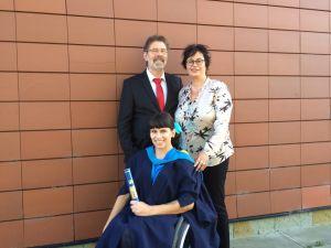 Lisa und ihre Eltern nach der Abschlusszeromonie der OU - Foto: David Lebuser
