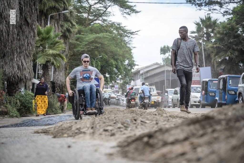 David mit Rollstuhl in den Straßen von Arusha