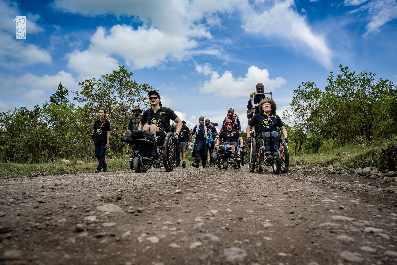 Das Team macht sich auf dem Weg, ganz vorne die drei Rollstuhlfahrer.