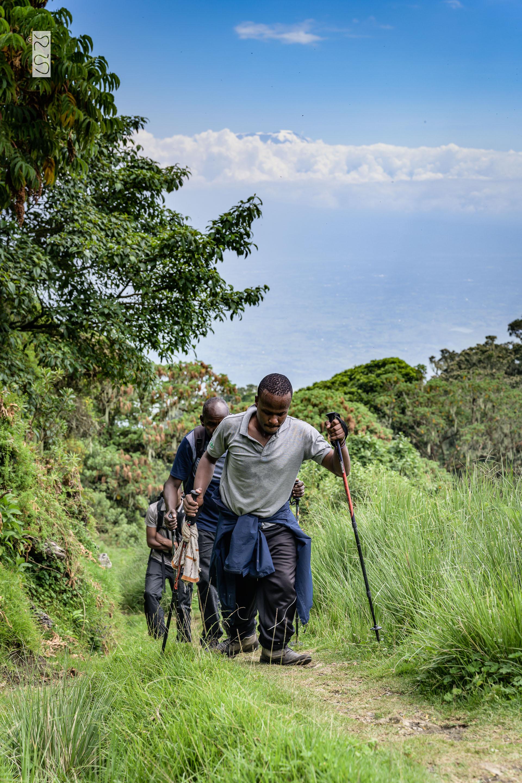 Santos kämpfte sich den Berg nur mit Gehstöcken hoch