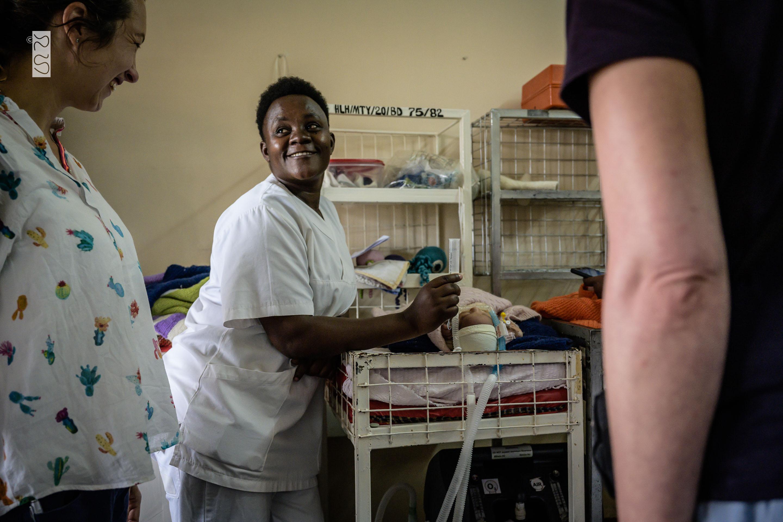 Dr. Theresa am Bett eines Neugeborenen mit Spina Bifida