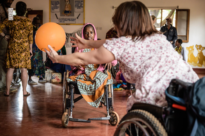 Ina spielt mit Agnes mit einem Ballon