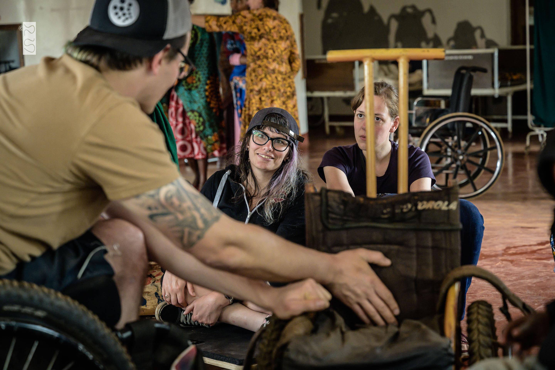 David bespricht die Rollstuhlversorgung mit Lisa und Janina
