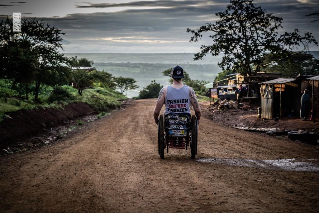 David auf einem Weg in Tansania, mit Blick Richtung weiter offener Ebene.